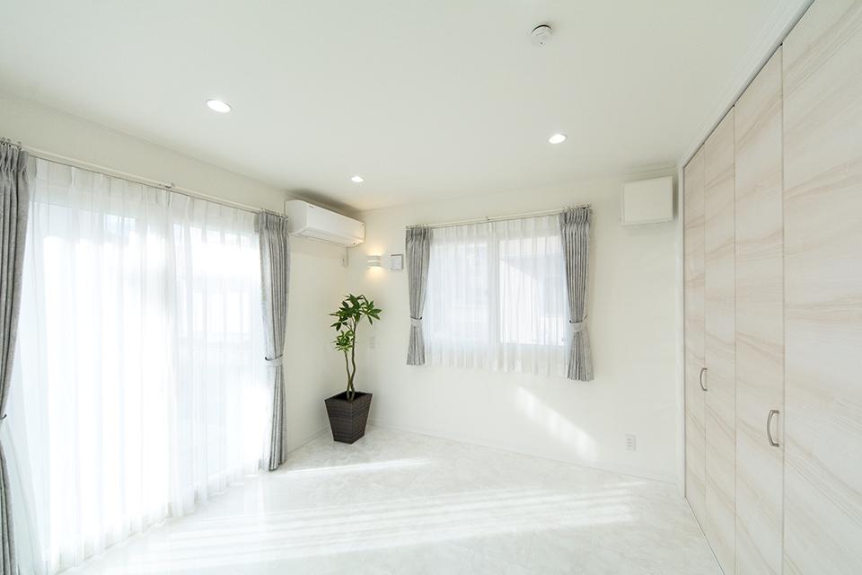 大きな窓から自然のやさしい光が降り注ぐ1階洋室。