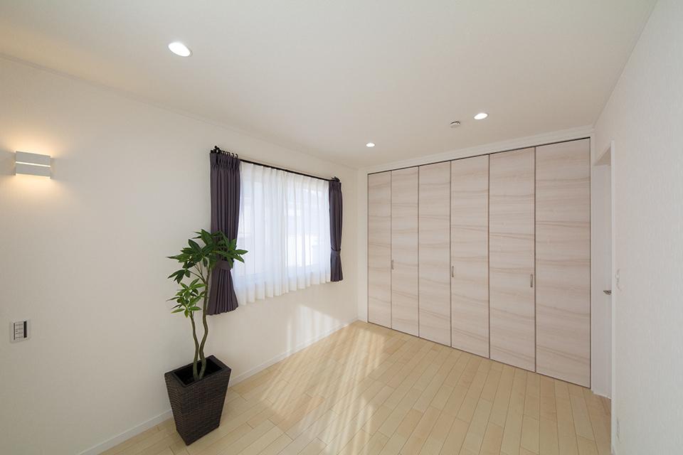 絹のきらめきと繊細な木肌のカーリー杢シカモアのフローリング採用した2階洋室。