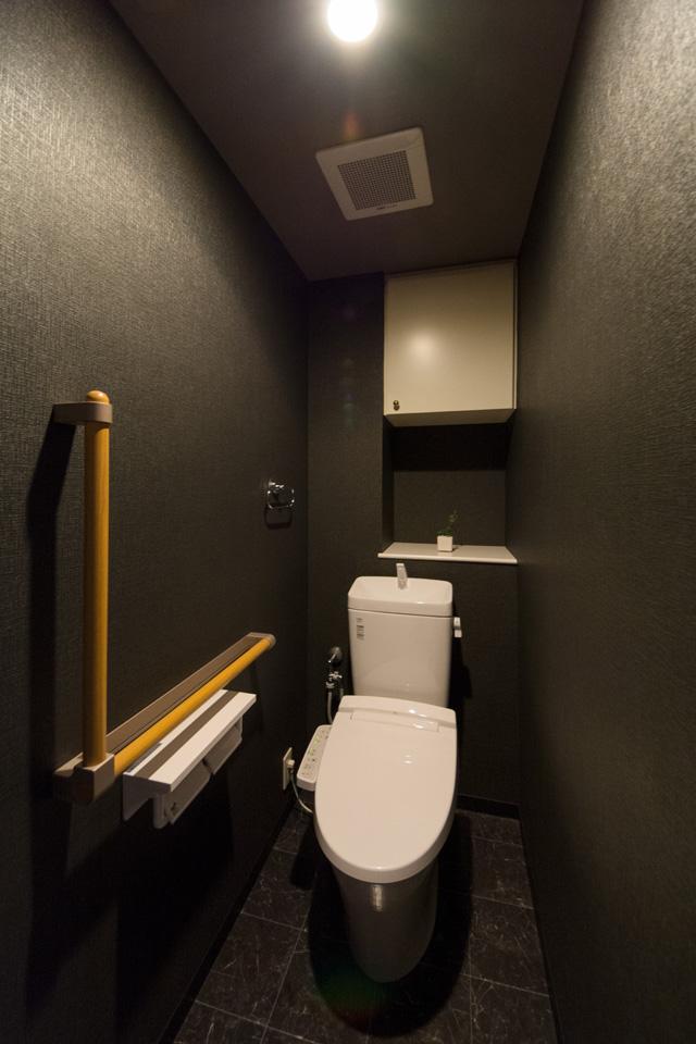 トイレ―黒を基調にモダンな空間へと大変身。