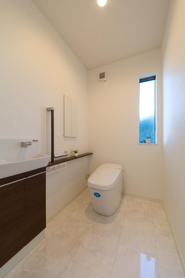 白を基調とした清潔感のあるトイレ。