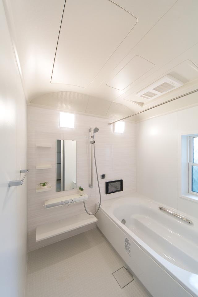 爽やかな印象のアクセントパネルをあしらったバスルーム。1.25坪のゆったりサイズで浴室テレビも備えました。