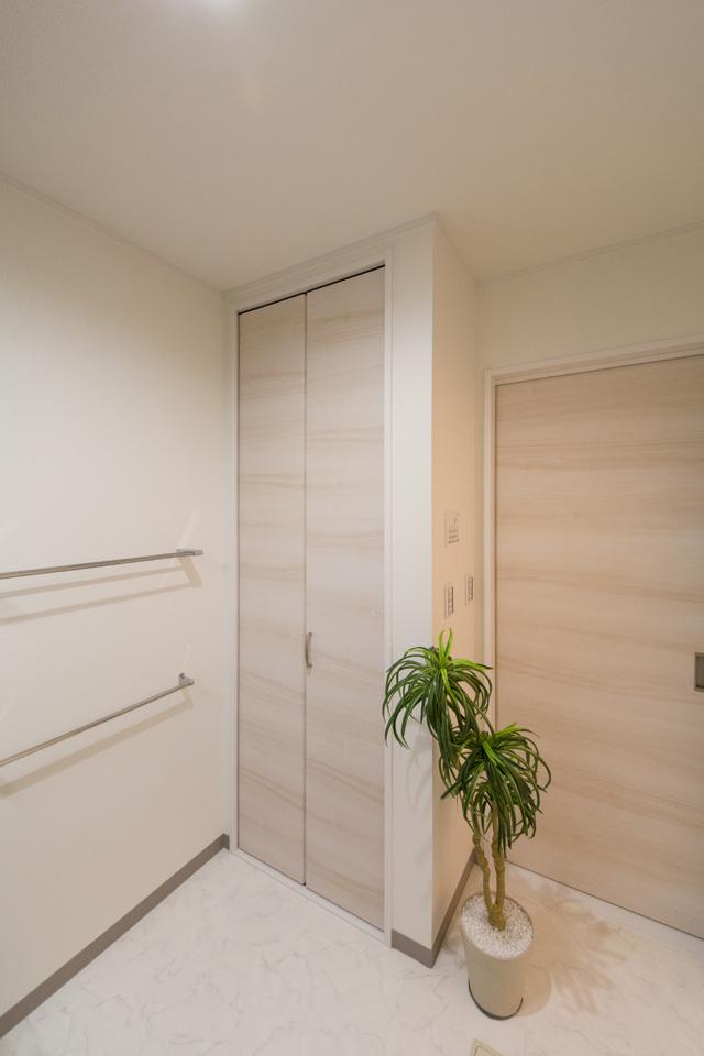 タオルや洗剤等をたっぷり収納できるクローゼットを設置。