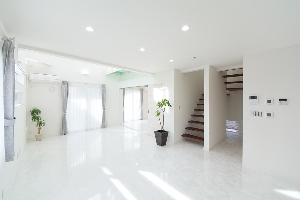 白を基調としたスタイリッシュなリビング空間。