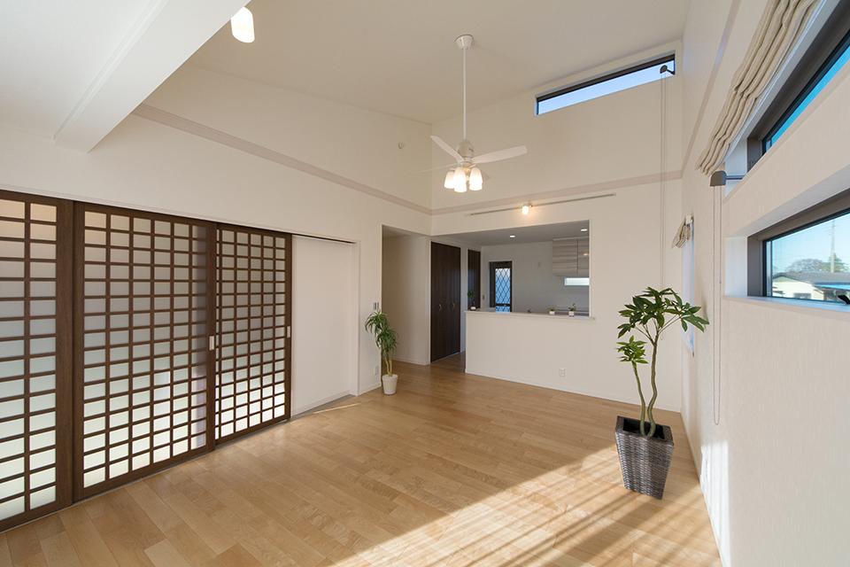 勾配天井が明るく開放感のある空間を演出。