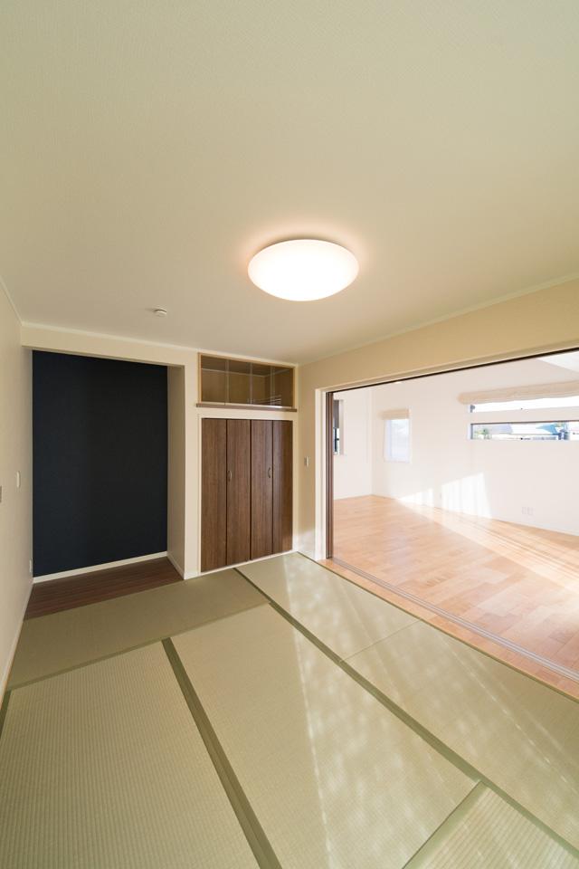畳のさわやかなグリーンが空間を彩る畳敷きスペース。引き戸を開け放てば開放感いっぱいの大空間に。