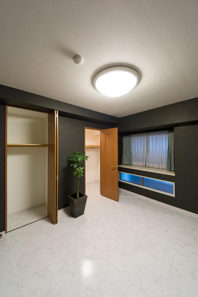 洋室A-黒と白を基調としたスタイリッシュな空間に大変身。