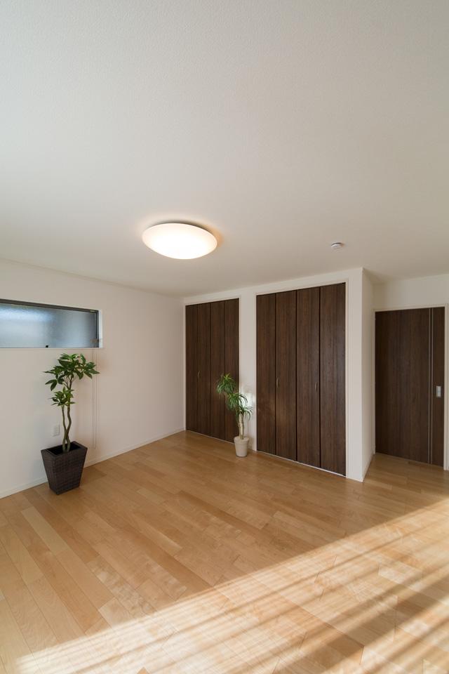 洋室A-リビング同様ナチュラルな雰囲気に包まれた空間。