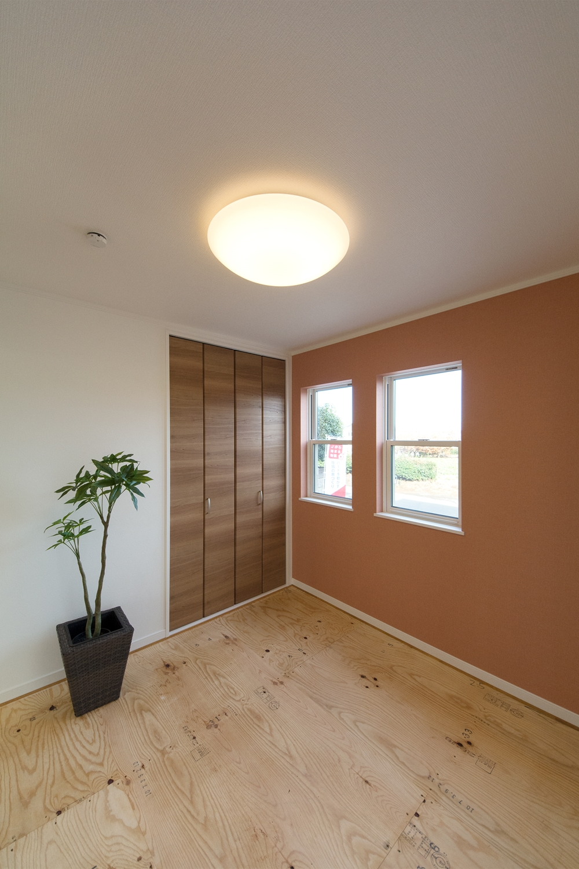 1階畳敷き洋室(写真は畳設置前)。弁柄色のアクセントクロスがモダンな雰囲気を演出。