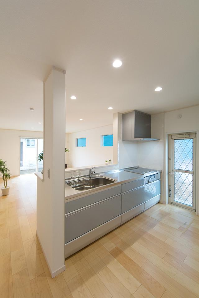 グレイッシュな水色で爽やかな印象のキッチン。