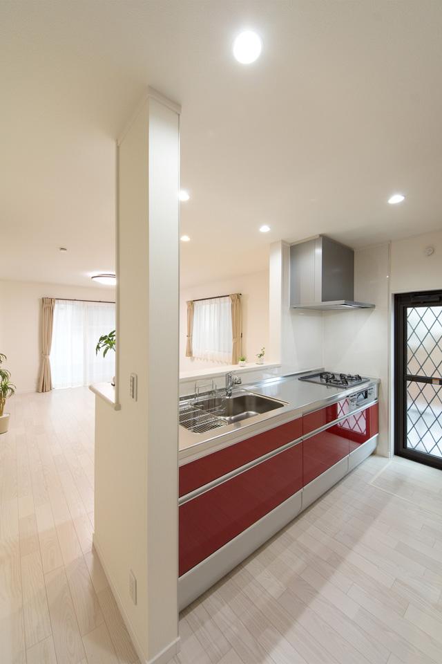 レッドのキッチン扉がキッチンスペースを彩ります。