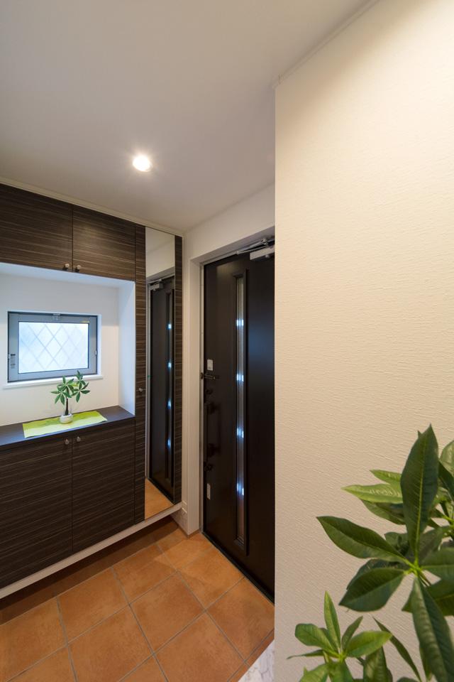 窓から自然の光が差し込み明るく開放感のある玄関に。