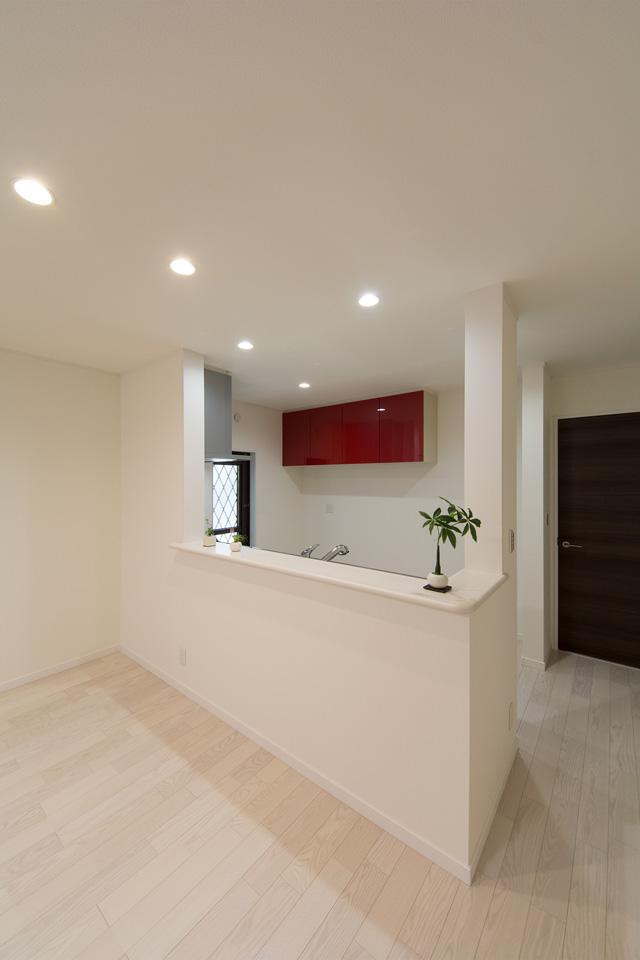 レッドの扉がキッチンスペースを彩ります。