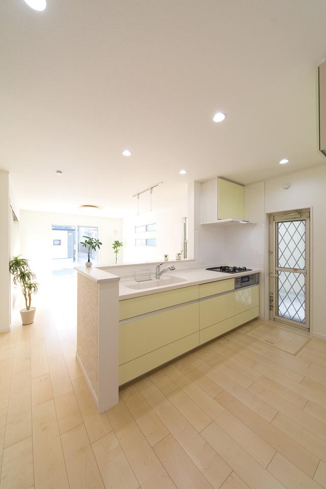 ミストグリーンのキッチンが爽やかな印象を与えます。