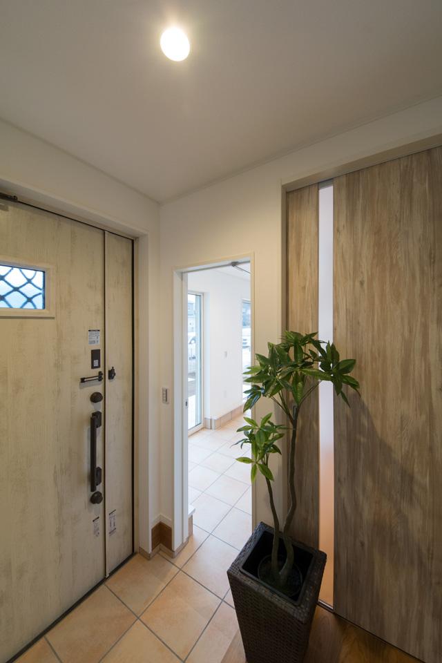玄関から土間テラスへの動線も確保。