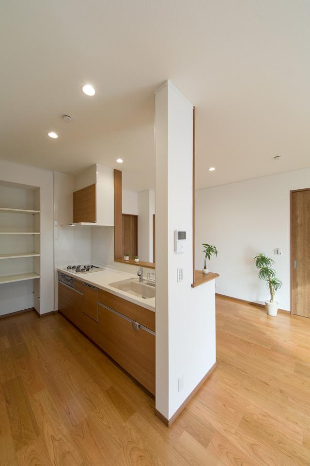 あたたかみのある配色でナチュラルな雰囲気のキッチンスペース。
