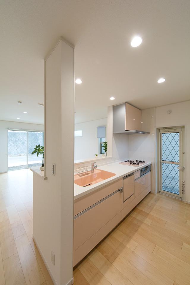 ミストピンクのキッチンが明るく爽やかな印象をプラス。