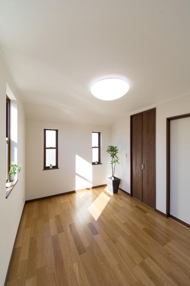 2階洋室―しっかりした木目、特徴的な柾目の斑紋が正統を印象づける「オーク」のフローリングとモカ色の建具がナチュラルな空間を演出。