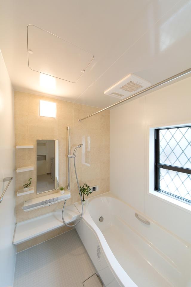 ナチュラルでやさしい配色で心地よい穏やかな空間のバスルーム。
