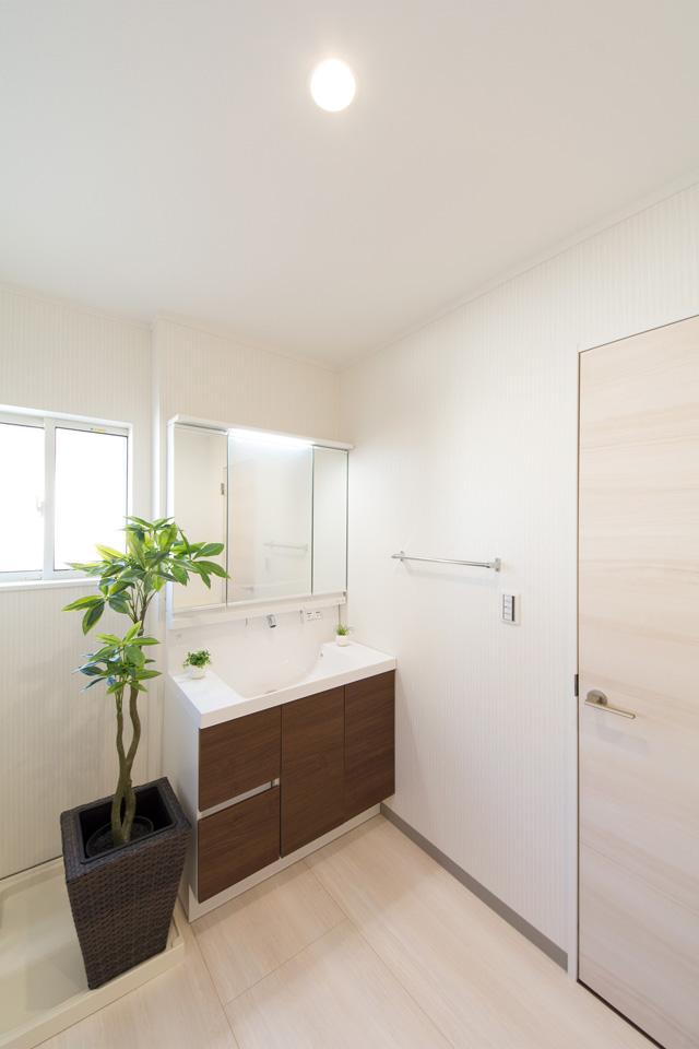 モカ色の洗面化粧台がナチュラルな雰囲気の空間を演出。