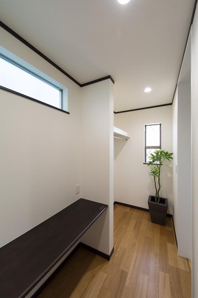 キッチンとサニタリールームの間に設えたユーティリティスペース。