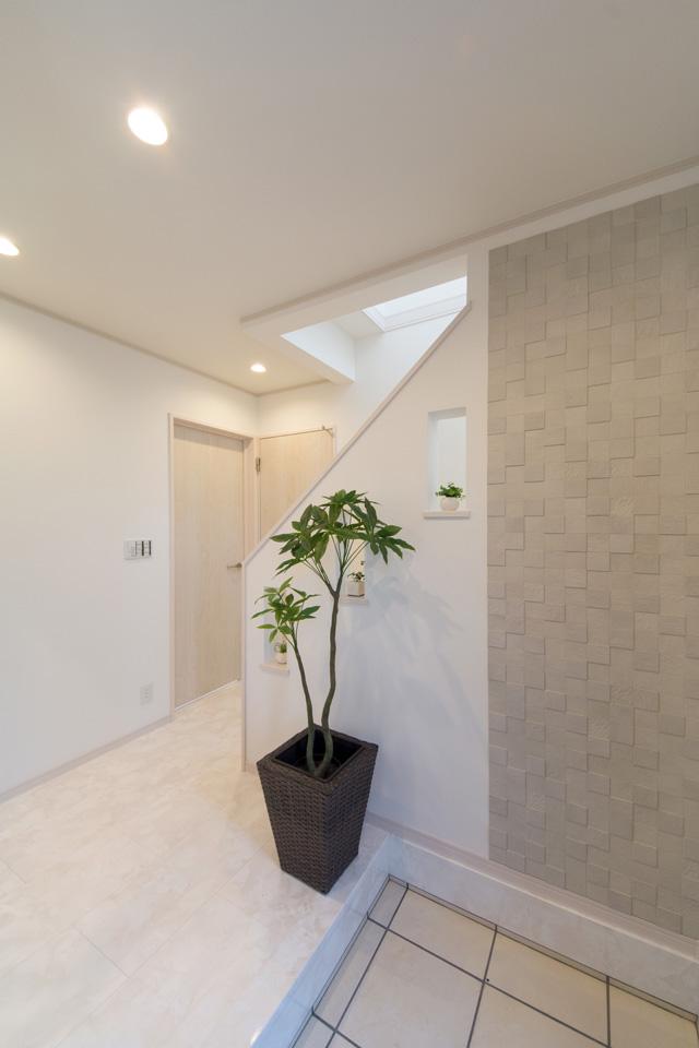 玄関ドアを開けると、エコカラットをあしらった装飾壁が出迎えてくれます。