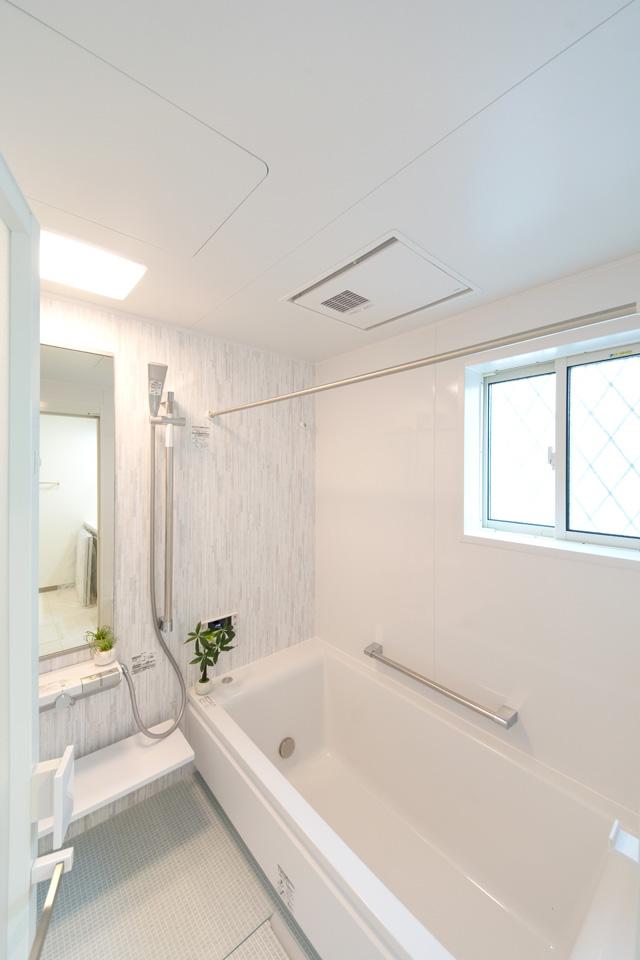 爽やかなアクセントパネルが清潔感のある空間を演出。
