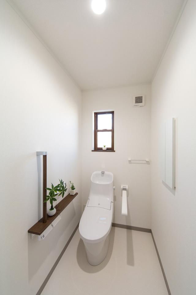 白を基調とした清潔感のあるトイレ。将来の介護を見据えたゆとりある設計。