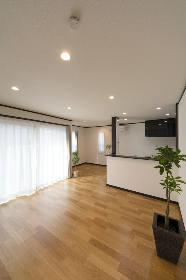 窓から自然のやさしい光が降り注ぎ、明るく開放的なリビング空間に。