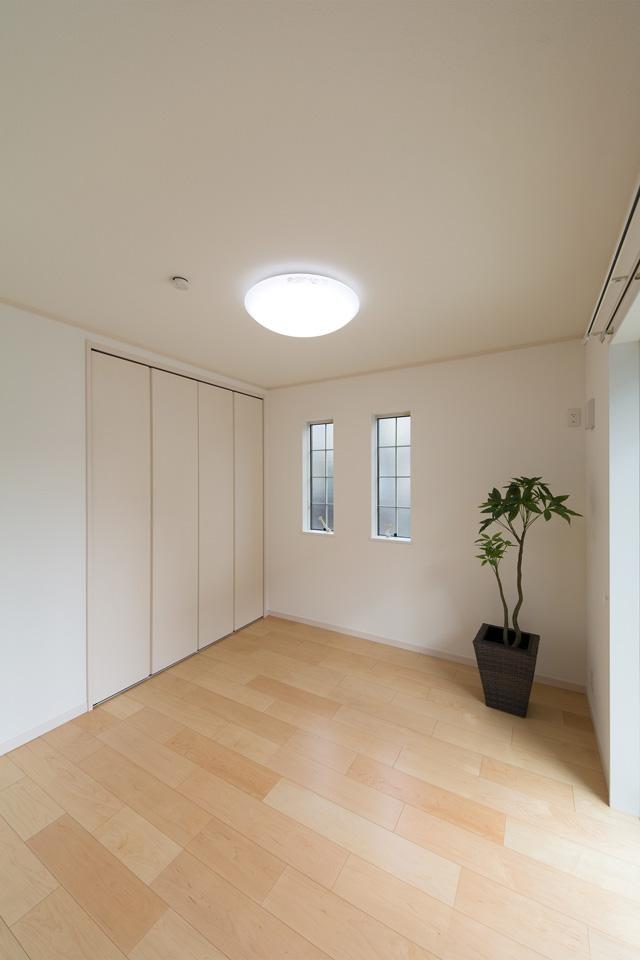 柔らかな配色の建具とフローリングがナチュラルな雰囲気を演出する1階洋室。