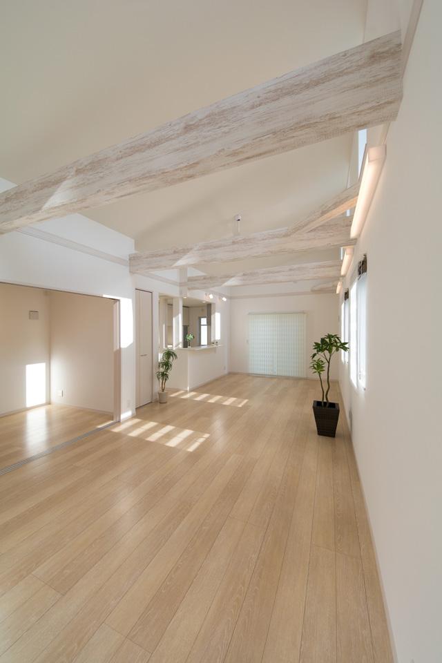 木目のクロスをあしらった化粧梁がナチュラルな空間を演出します。