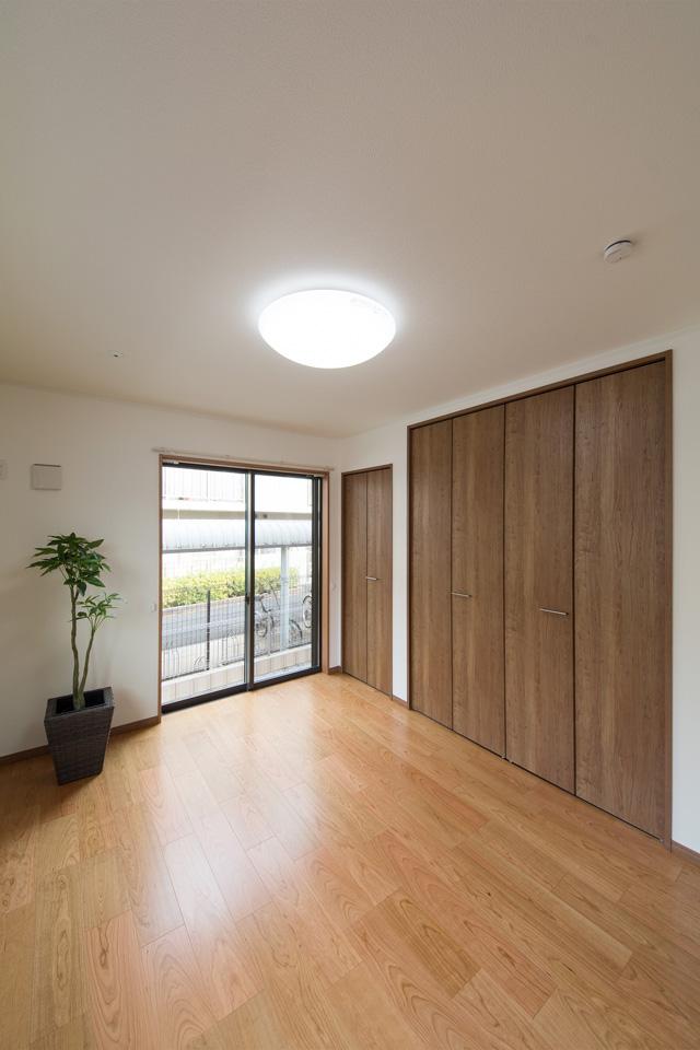 チェリー調の建具とフローリングがナチュラルな雰囲気を演出する1階洋室。