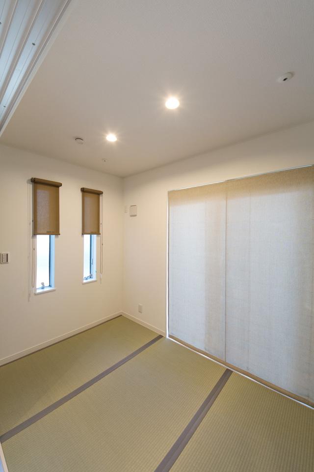 横に並んだ縦長窓がモダンな表情で室内を彩ります。