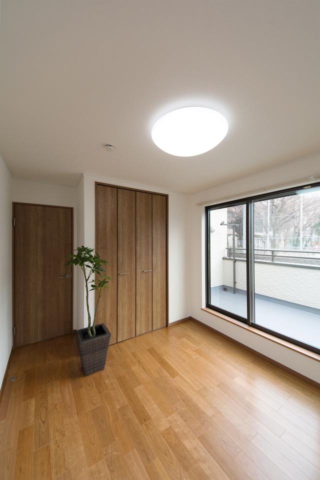 チェリー調の建具とフローリングがナチュラルな雰囲気を演出する2階洋室。