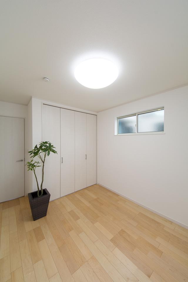 ハードメープルのフローリングが優しくナチュラルな空間を演出する2階洋室。