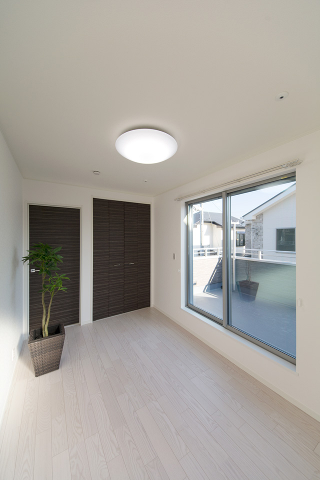 ホワイトアッシュのフローリングが優しくナチュラルで洗練された空間を演出する2階洋室。
