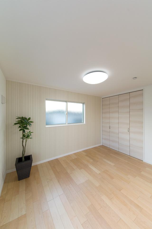 柔らかな配色の建具とフローリングがナチュラルな雰囲気を演出する2階洋室。