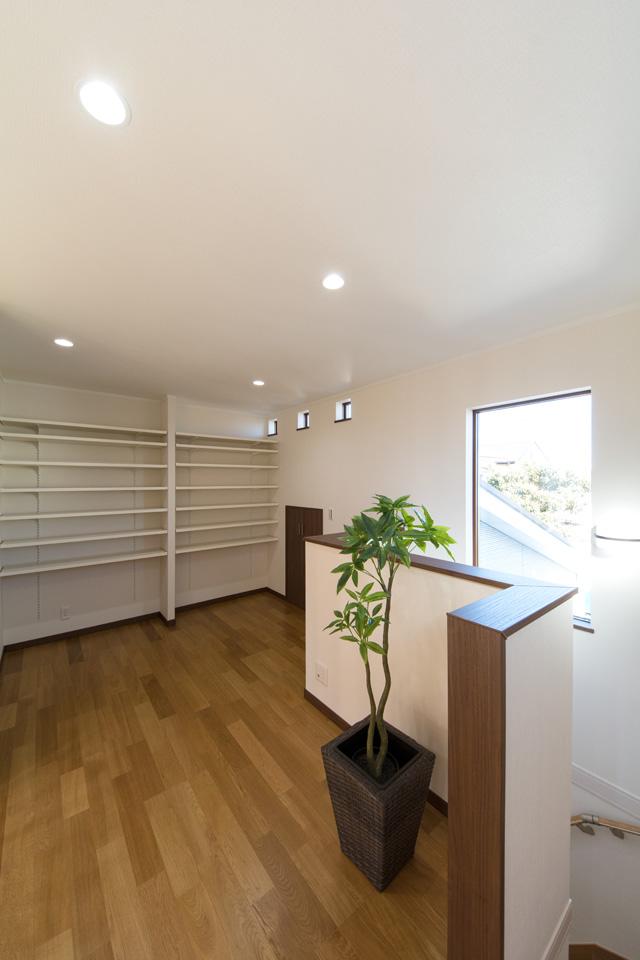 2階ホール部分は書斎兼書庫として利用。