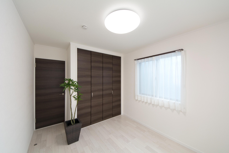 2階洋室。ホワイトアッシュのフローリングが優しくナチュラルで洗練された空間を演出します。