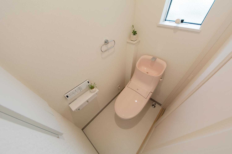 ライトピンクが可愛らしい印象の2階トイレ。