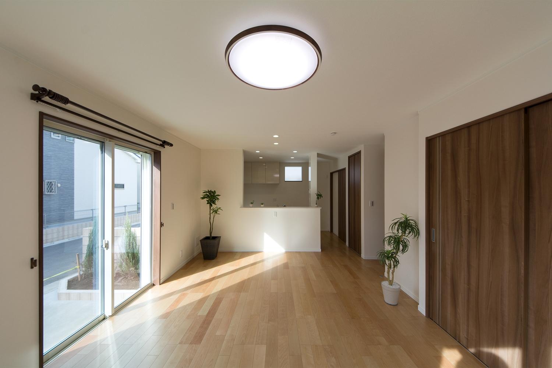 穏やかな木目と緻密な木肌が印象的なバーチのフローリングがナチュラルな空間を演出。