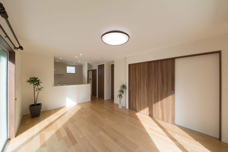 建具はラスティックなセピアブラウンを選択。フローリングと相まってナチュラルな印象をプラス。