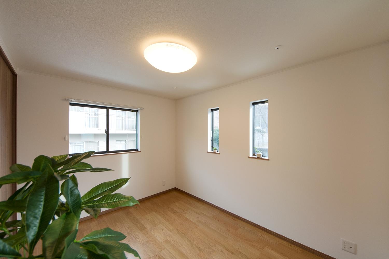 ブラックチェリーのフローリングがナチュラルな雰囲気を演出する2階洋室。