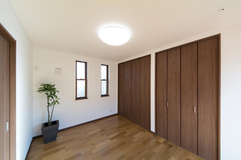 1階洋室―しっかりした木目、特徴的な柾目の斑紋が正統を印象づける「オーク」のフローリングとモカ色の建具がナチュラルな空間を演出。