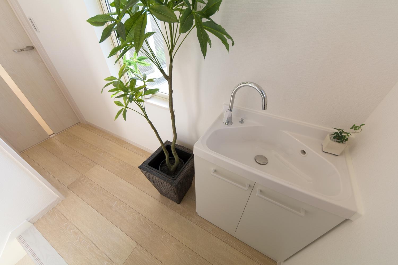 白を基調とした、清潔感のある2階洗面。
