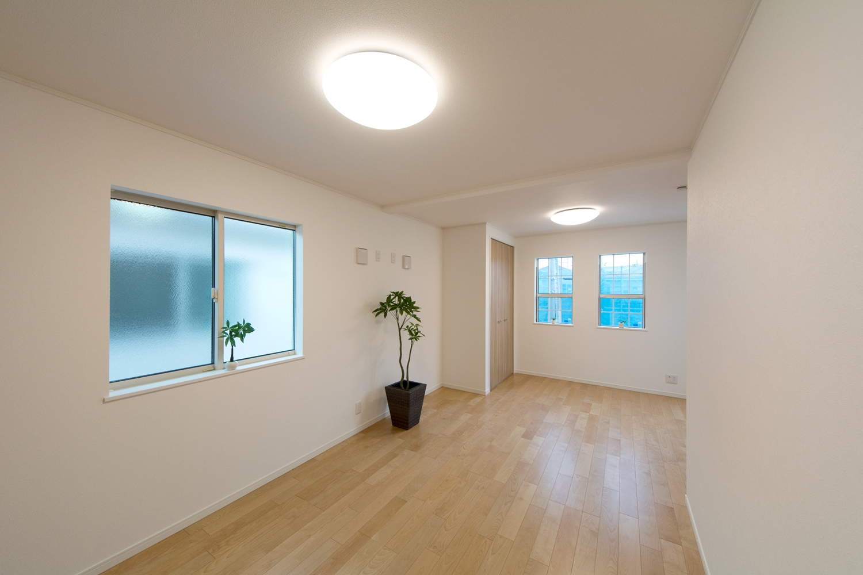 2階洋室/穏やかな木目と緻密な木肌が印象的なバーチのフローリングがナチュラルな空間を演出。