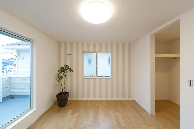 2階主寝室―ストライプのアクセントクロスが明るい雰囲気を演出します。