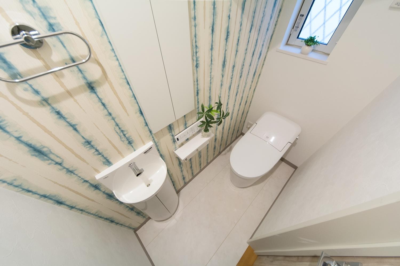 爽やかなアクセントクロスが空間を彩る1階トイレ。