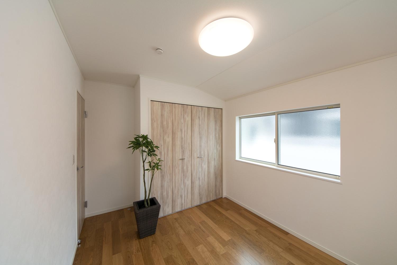 2階洋室/ブラックチェリーのフローリングがナチュラルな空間を演出。