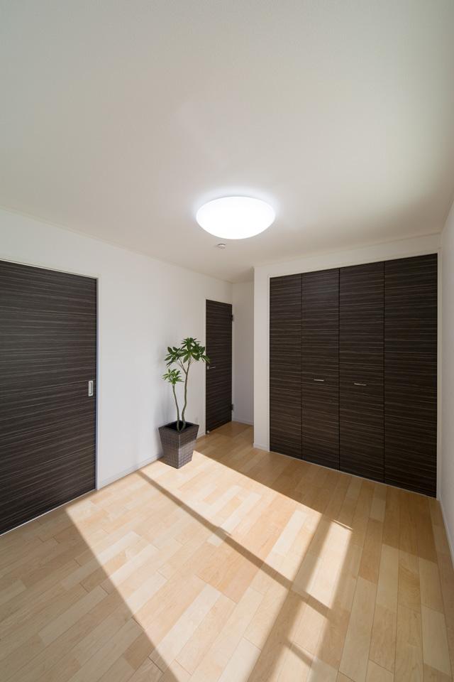 収納豊富な2F寝室。ダークブラウン系色柄の建具が、モダンな空間を演出します。