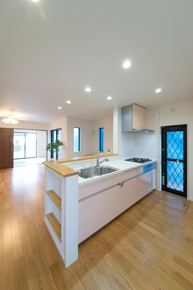 キッチン扉はミストピンク色で可愛らしく、カウンターはバーチ素材でナチュラルに、全体的にやさしく温かみのある印象に仕上がりました。